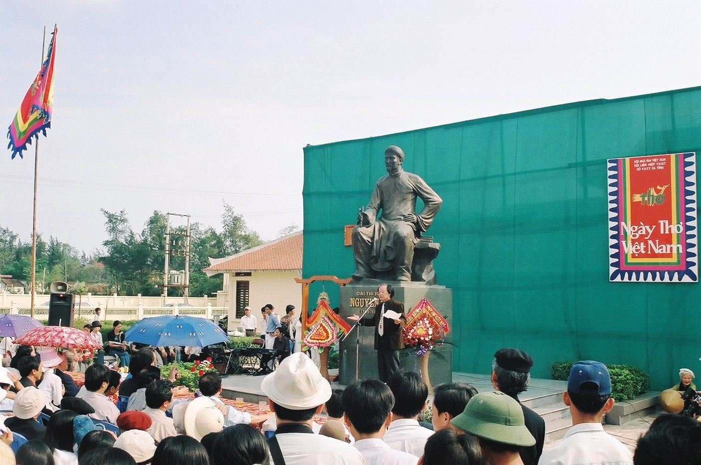 Tham gia hoạt động kỷ niệm 200 năm ngày mất Đại thi hào Nguyễn Du tại Pháp